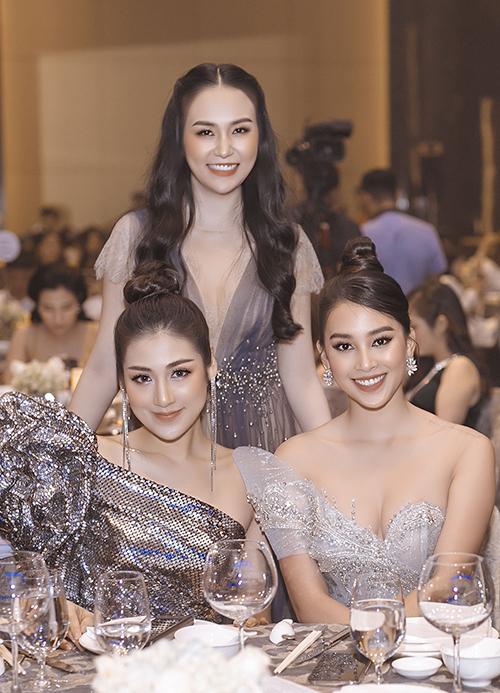 Hoa hậu Tiểu Vy khoe ngực đầy với váy cúp ngực của nhà thiết kế Phạm Đăng Anh Thư khi dự tiệc của vợ chồng Tuấn Hưng.