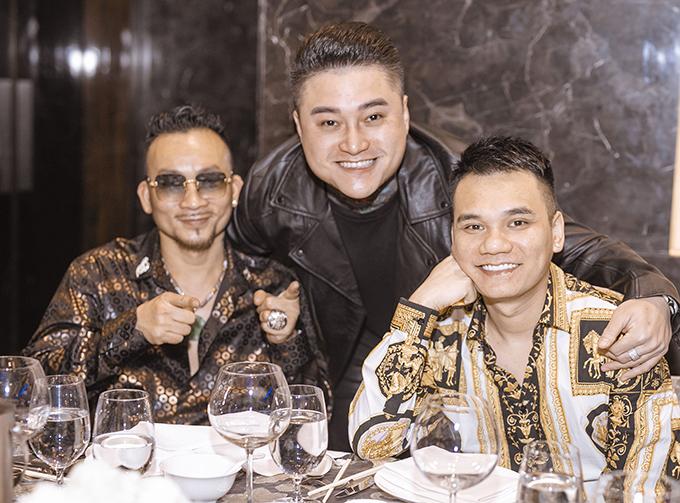 Những người em thân thiết của Tuấn Hưng nhưng ca sĩ Khắc Việt, ca sĩ Duy Khánh cũng có mặt để ủng hộ anh.