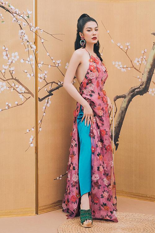 Lily Chen thể hiện sựphá cách khi khoác lên mình thiết kế lấy cảm hứng từ áo yếm kết hợp áo dài. Áo yếm vốn là trang phục lót của phụ nữ xưa, thường được mặc khi ở nhà và kết hợp cùng áo cánh khi ra đường.