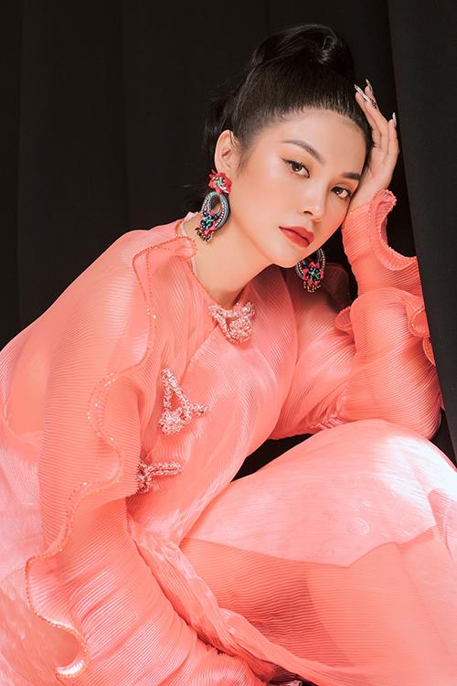 Nữ ca sĩ kiêm diễn viênđặc biệt thích áo dài. Cô cảm thấy tự tin nhất khi diện áo dài truyền thống tôn lên đường cong gợi cảm nhưng vẫn kín đáo.