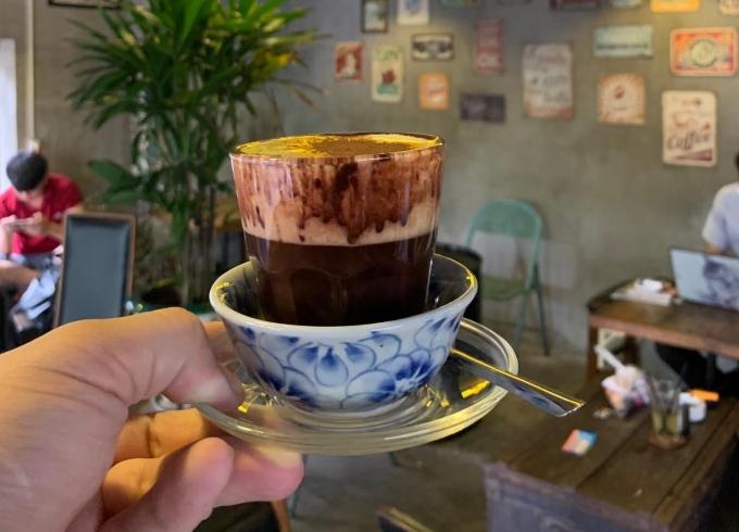 Món đinh của quán là cà phê trứng, cacao trứng và cà phê sầu riêng. Nhiều thức uống khác có giá dao động từ 10.000 đến 45.000 đồng/phần.