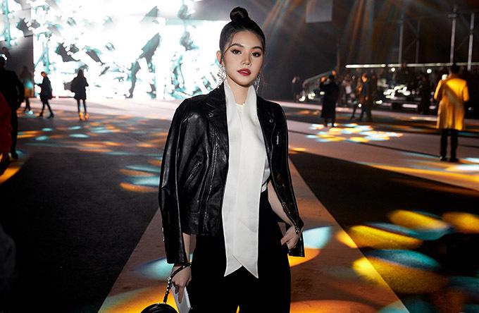 Hoa hậu người Việt tại Australia 2015 đến sớm. Lần này Jolie chọn mặc trang phục hiện đại, cá tính khác hẳn vẻ điệu đà, gợi cảm trước đây. Người đẹp chia sẻ thỉnh thoảng cô muốn làm mới bản thân bằng những phong cách khác nhau.