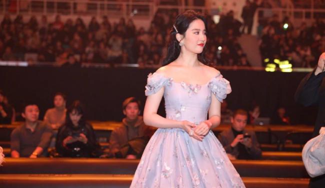 Lưu Diệc Phi trên thảm đỏ sự kiện Weibo.