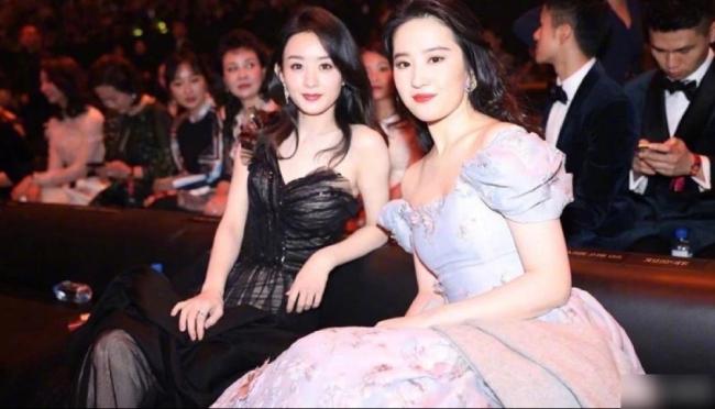 Nữ diễn viên bên đồng nghiệp Triệu Lệ Dĩnh. Mới sinh con một thời gian ngắn nhưng Triệu Lệ Dĩnh đã lại mỏng manh như thời con gái.