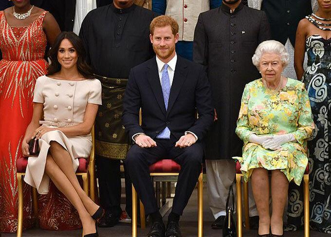 Nữ hoàng ngồi cạnh vợ chồng cháu trai Harrry và Meghan Markle ở Điện Buckingham năm 2018. Ảnh: PA.