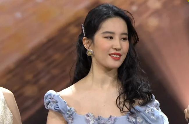 Dự sự kiện của Weibo, Lưu Diệc Phi làm tóc và trang điểm theo phong cách cổ điển, cô mặc đầm dài điểm hoa xanh trang nhã. Tuy nhiên, nhiều khán giả nhận ra là cô béo lên trông thấy.Đêm trao giải Weibo diễn ra tại Bắc Kinh tối 11/1 với sự hiện diện của hàng trăm nghệ sĩ lớn, nhỏ trong showbiz Trung Quốc. Đêm tiệc được ví như cơn mưa giải thưởng, vì hầu như ngôi sao nào dự sự kiện cũng có giải mang về.