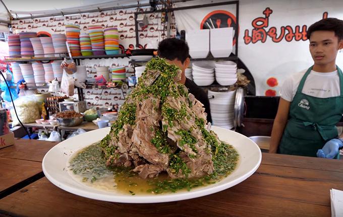 Đặc biệt, Laeng Saeb luôn được tạo hình chóp nón cao 20 - 30 cm, tuỳ theo kích cỡ thực khách order. Hình dáng độc đáo này khiến người ăn thích thú, check in ầm ầm trên mạng xã hội. Món ăn có giá 150 đến 599 baht/phần (khoảng 105.000-420.000 đồng), với đủ các size từ M cho đến XXL. Cỡ siêu to khổng lồ thậm chí có thể đủ cho 10 người ăn.