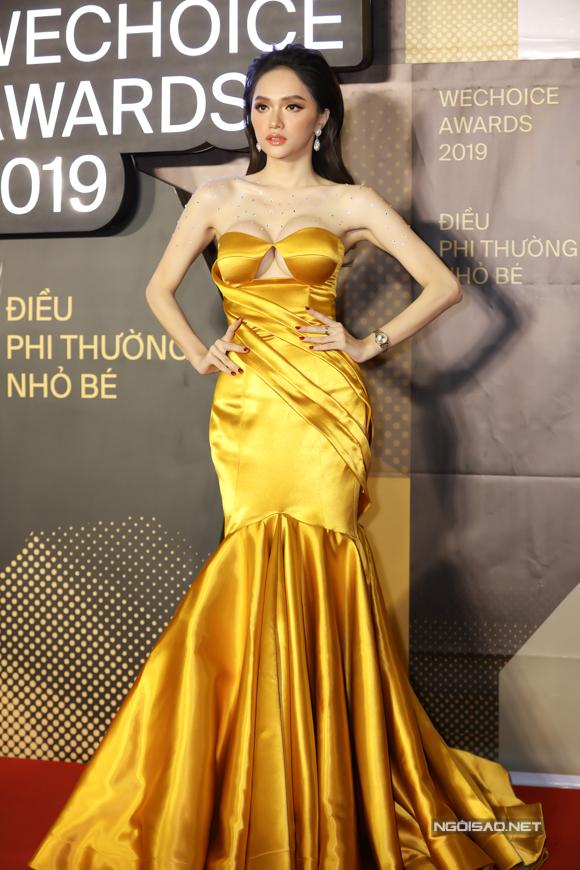 Hoa hậu Hương Giang lộng lẫy trong sắc vàng.