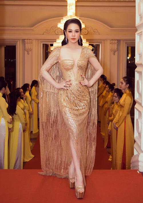 Nhật Kim Anh hóa nữ thần lộng lẫy trong tác phẩm ánh kim quyến rũ do Lê Thanh Hòa sáng tạo. Thần thái cũng như lối trang điểm, làm tóc phù hợp khiến nữ diễn viên toát lên sức hút mạnh mẽ, stylist 8X chia sẻ.
