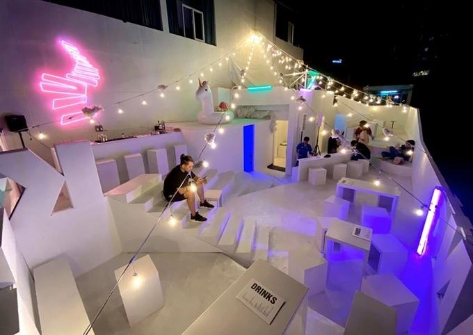 Bàn ghế thiết kế những khối hình chữ nhật, cùng bậc thang ngoài trời xếp cao thấp khác nhau, khiến nhiều người liên tưởng đến Santorini phiên bản hiện đại hóa.