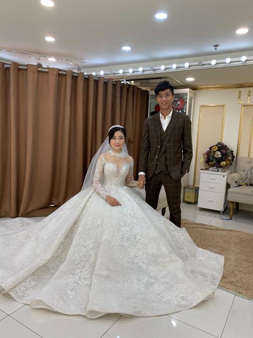 Cô dâu chọn lựaváy cưới ren cho đám cưới sắp diễn ra. Cô dâu, chú rể liên tục thể hiện tình cảm qua hành động nắm tay, hỏi han nhau trong quá trình thử váy, chụp ảnh.