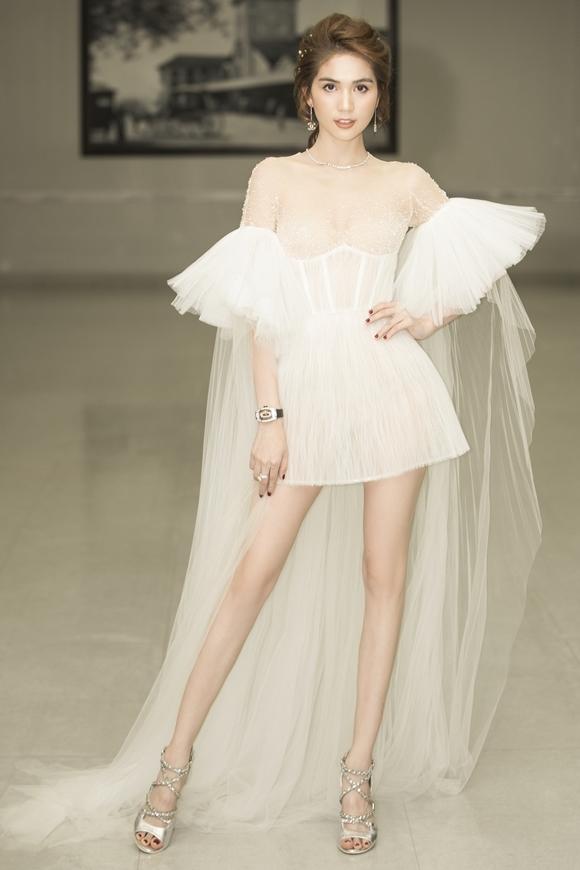 Chiếc váy ngắn khoe đôi chân dài của Ngọc Trình.