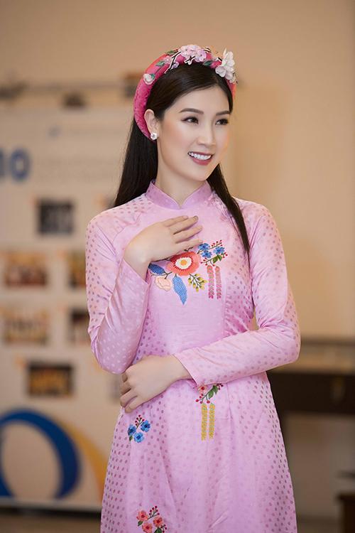 Phí Thùy Linh là gương mặt quen thuộc trong các buổi biểu diễn áo dài của Ngọc Hân. Cũng giống như các người đẹp khác, cô không nhận cát-xê để ủng hộ Hoa hậu Việt Nam 2010.