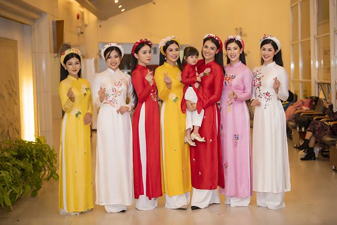 Dàn người đẹp mặc áo dài của Ngọc Hân, khoe sắc tại hậu trường.