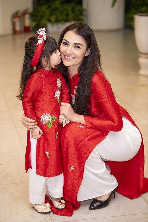 Hồng Quế và con gái Cherry ở hậu trường. Hồng Quế và Ngọc Hân vốn là bạn bè thân thiết nhiều năm nay. Hoa hậu Ngọc Hân còn là mẹ đỡ đầu của bé Cherry.
