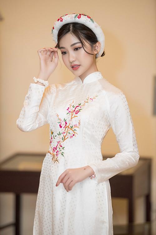 Lương Thanh, nữ diễn viên thủ vai Trà tiểu tam trong phim Hoa hồng trên ngực trái nền nã trong một thiết kế của Ngọc Hân.