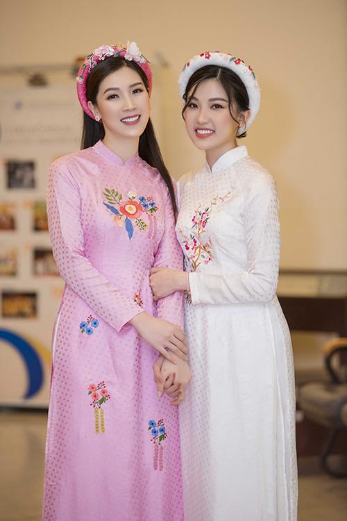 Lương Thanh thân thiết với hoa hậu Áo dài Phí Thùy Linh tại hậu trường.