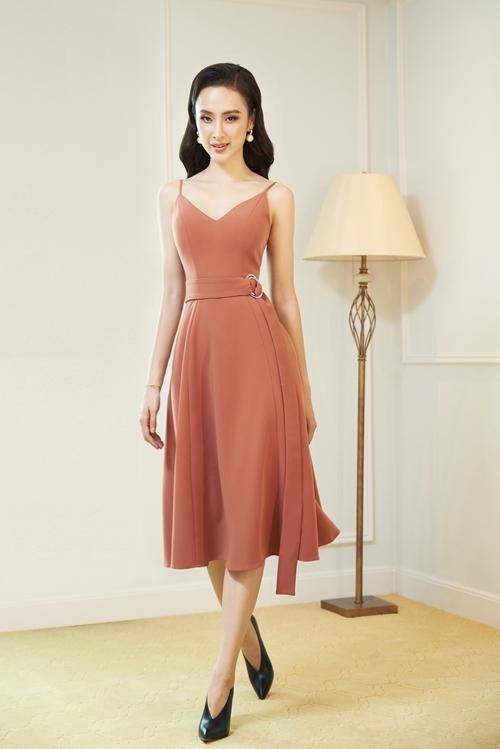 Angela Phương Trinh ưu tiên những tone màu cơ bản như đen, trắng, đỏ, nude bởi sự tiện dụng và dễ dàng giúp người mặc trở nên nổi bật.