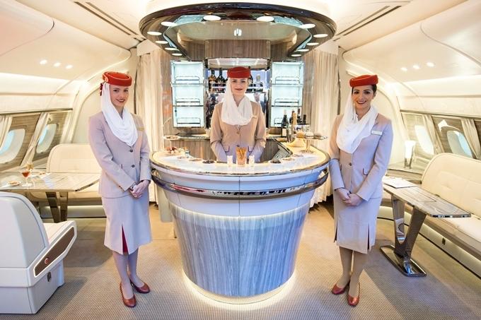 Emirates là khách hàng sở hữu nhiều máy bay A380 nhất thế giới của Boeing, đồng thời đạtgiải thưởng hãng hàng không có chương trình giải trí trên máy bay tốt nhất thế giới. Khách hàng đi hạng thương gia, hạng nhất..., được phục vụ chu đáo không kém gì ở các khách sạn hạng sang.