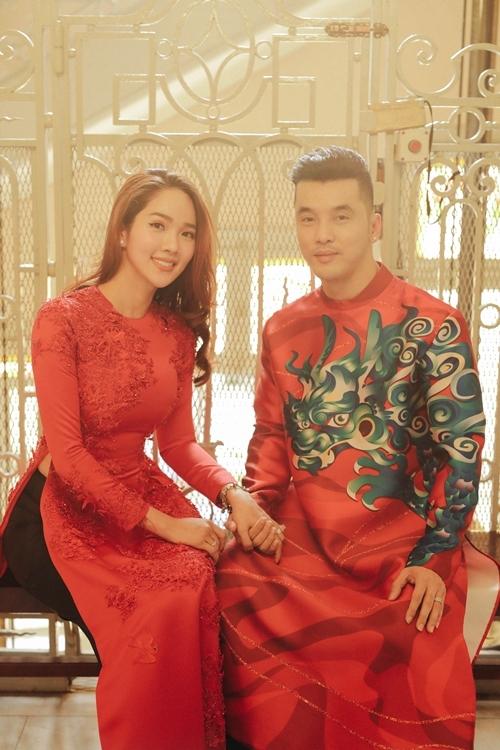 Vợ chồng Ưng Hoàng Phúc dành cho nhau cử chỉ âu yếm khi chụp hình áo dài truyền thống.