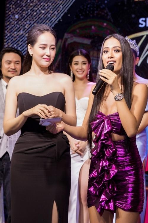 Hoa hậu Việt Nam 2006 lên sân khấu bốc thăm và trao giải cho các khách mời may mắn.