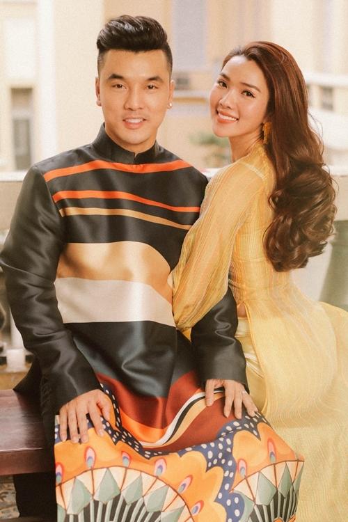 Hai vợ chồng Ưng Hoàng Phúc tạo dáng chúc mừng năm mới với áo dài của nhà thiết kế Thủy Nguyễn.