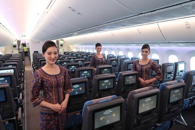 Singapore Airlines bị tụt một hạng so với năm ngoái, nhưng vẫn giữ vững danh hiệu Đội ngũ tiếp viên hàng không tốt nhất thế giới. Đây cũng là một trong những hãng hàng không có ghế hạng nhất tốt nhất thế giới, cùng phòng chờ hạng thương gia tốt nhất thế giới.