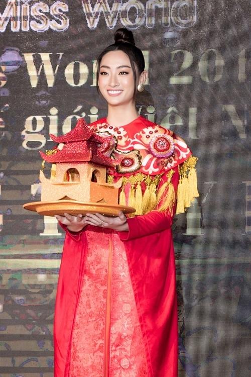 Thùy Linh trình diễn lại bài múa mâm ở Miss World 2019.