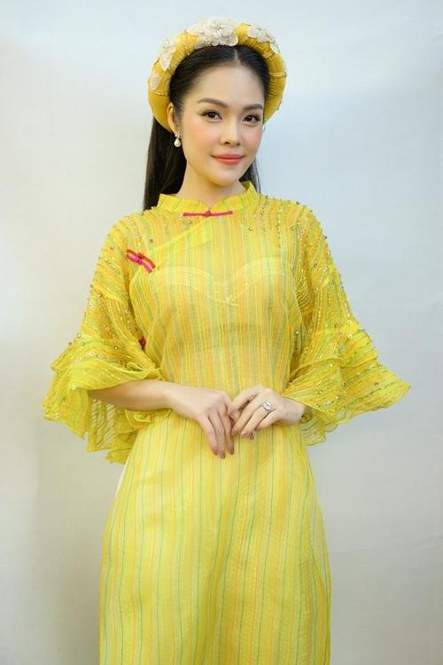 Dương Cẩm Lynh thay bốn áo dài theo nhiều phong cách trong Bước chân hai thế hệ.
