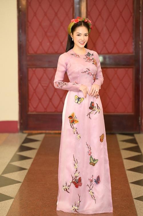 Những ngày giáp Tết, Dương Cẩm Lynh bận rộn với nhiều show diễn.