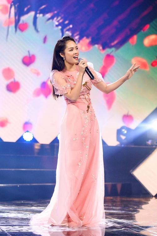 Trên sân khấu Bước chân hai thế hệ, cô trình bày đơn ca, song ca và tốp ca một số bài hát nổi tiếng của các thập niên trước. Cô nỗ lực luyện thanh và tập bài trong một tuần trước khi ghi hình, hy vọng được khán giả đón nhận khi chương trình lên sóng.
