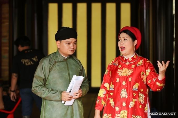 Diễn viên Trịnh Tú Trung (trái) tập diễn với NSND Hồng Vân trước khi vào cảnh. Đạo diễn Huỳnh Tuấn Anh cho hay, anh đã tập thoại và phân tích kịch bản cho các diễn viên khoảng một tháng trước ngày khai máy. Khi tới phim trường, các diễn viên chủ động ôn bài với nhau và khi vào cảnh, họ nhập vai rất mượt mà.