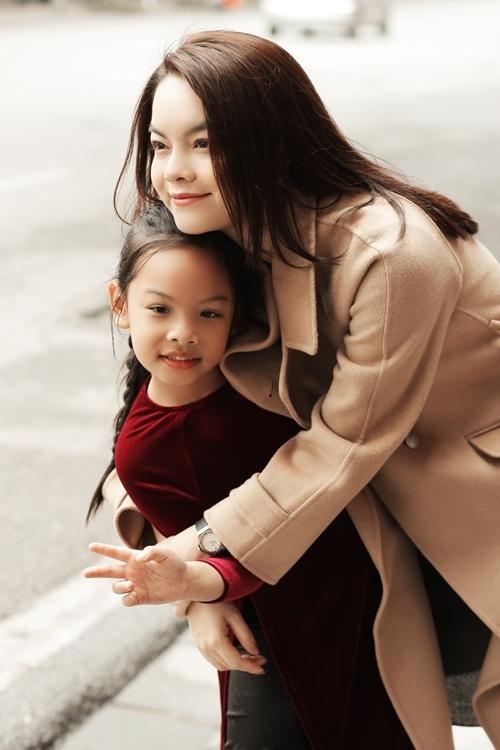 Phạm Quỳnh Anh mong muốn việc tham gia đóng MV giúp con gái trở nên dạn dĩ, tự tin hơn. Cô cũng không định hướng hai con gái theo nghệ thuật mà để các bé phát triển tự nhiên, lựa chọn công việc yêu thích.