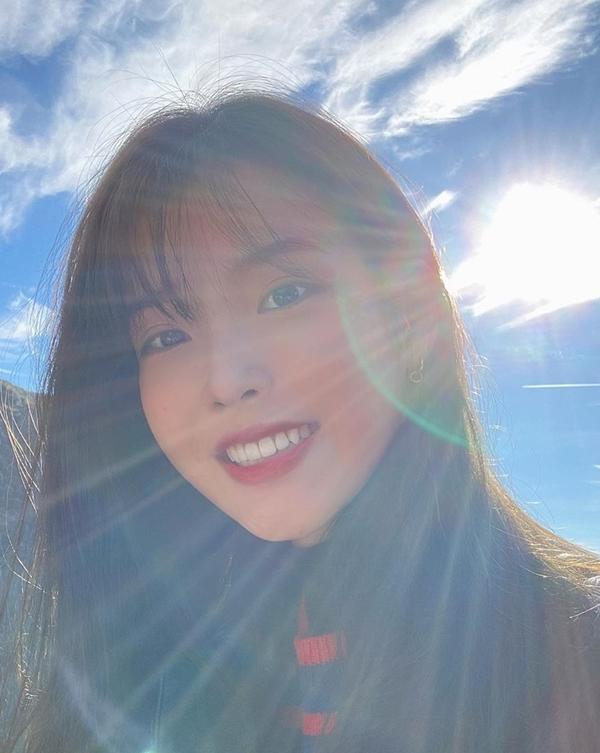 IU tên thật là Lee Ji Eun, được người Hàn Quốc gọi là Em gái quốc dân vì có vẻ ngoài trong sáng. Cô nổi tiếng với giọng ca hay, từng đoạt nhiều giải thưởng về âm nhạc. Bên cạnh đó, IU còn được biết đến qua nhiều phim như Dream High, Người tình ánh trăng (Moon Lovers), Hotel de Luna...