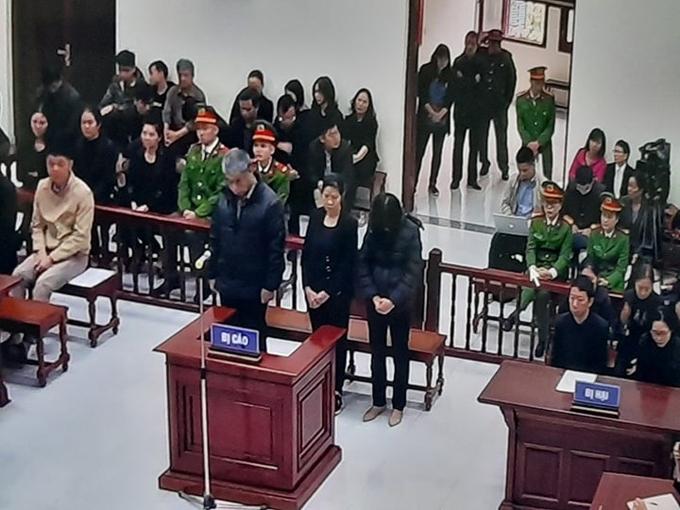 Ba bị cáo Doãn Quý Phiến, Nguyễn Bích Quy (giữa) và Nguyễn Thị Thủy tại phiên tòa sáng 15/1.