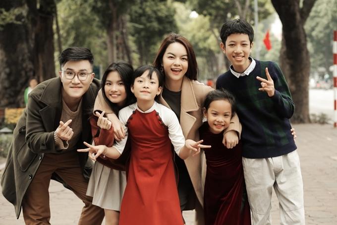Ngoài con gái, MV mới của Phạm Quỳnh Anh còn có sự góp mặt của ca sĩ Hoàng Phương (The Debut) và các bé trong đội Chiến binh cầu vồngtừ chương trình The Voice Kids 2019.