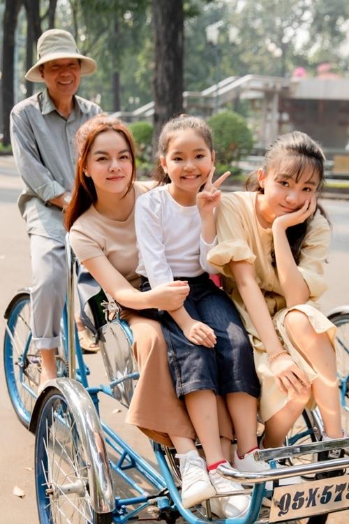 Các cô trò thích thú ngồi xích lô - một nét văn hóa quen thuộc ở Sài Gòn.