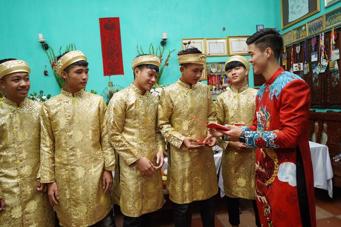 Các phù rể diện áo dài vàng đồng, trùng khớp với màu áo của phù dâu trong đám hỏi Duy Mạnh.