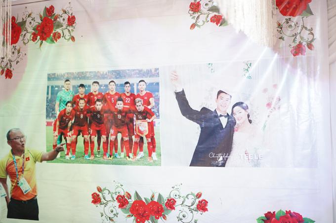 Chú rể Duy Mạnh không quên nhắc nhớ về người thầy - Huấn luyện viên Park Hang-seo và các đồng đội trong đội tuyển bóng đá Việt Nam ở đám hỏi. Bên cạnh là ảnh prewedding của uyên ương chụp tại TP HCM.