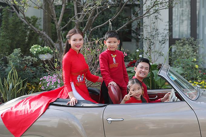 Gia đình nhỏ lái xe mui trần đi khắp các phố phường của Hà Nội để tận hưởng không khí ngày xuân.