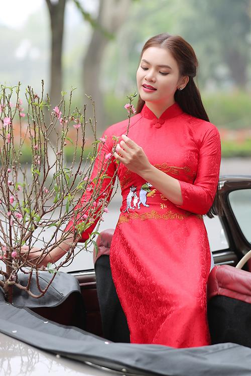 Phạm Phương Thảo mặc áo dài thêu hình đám cưới chuột trong MV.