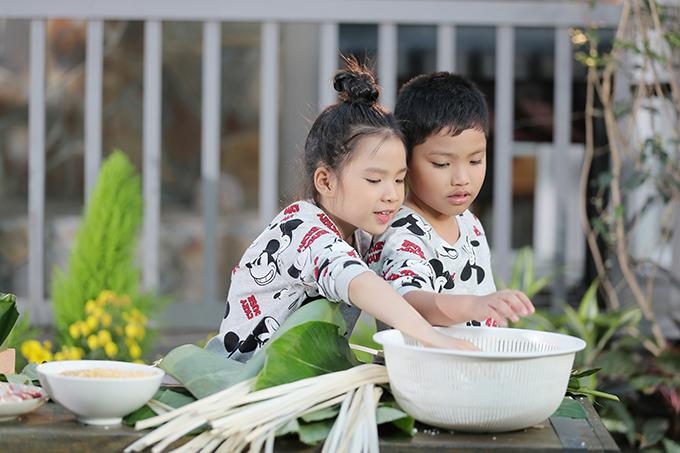Không thường xuyêndiễn xuất nhưng hai bé tỏ ra dạn dĩ trước ống kính, thoải mái tung hứng với Phạm Phương Thảo và Tiến Lộc. Nữ ca sĩ gốc Nghệ An chưa có gia đình nên quý các cháu như con ruột.