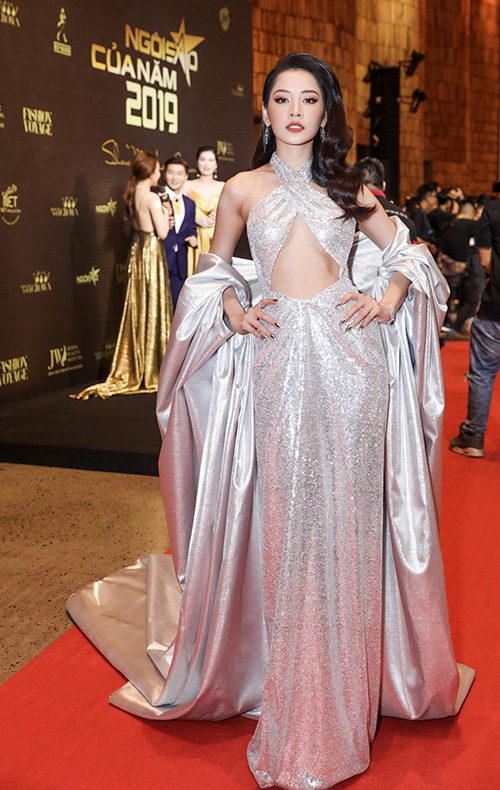 Chi Pu mặc đầm ánh bạc cắt khoét táo bạo.