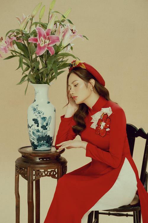 Váo dịp gần Tết Nguyên Đán, người đẹp Việt lại nô nức chụp ảnh áo dài để khoe nét duyên dáng với nhiều ý tưởng và concept đậm nét Á Đông.