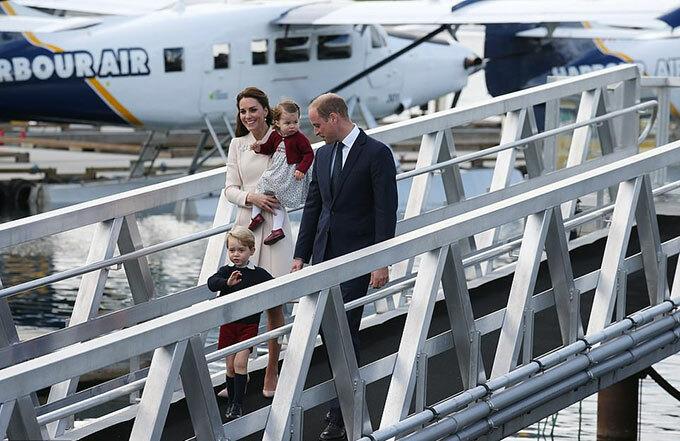 Gia đình William, Kate và hai con George, Charlotte cũng từng đi trên cây cầu ở cảng sân bay Victoria Harbour trong chuyến công du Canada năm 2016. Ảnh: UK Press.