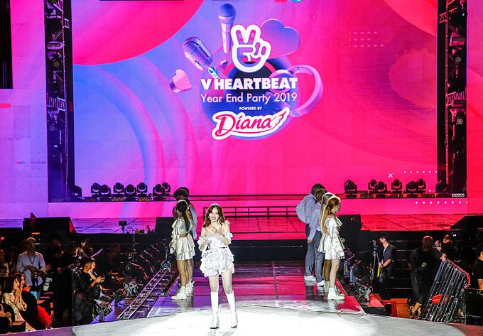HyunA nhận được sự cổ vũ từ các khán giả trẻ khi trình diễn baca khúc Flower Shower, Redvà Hip & Lip. Người đẹp liên tục nở nụ cười, vòng tay hình trái tim, thể hiện tình cảm với fan Việt.