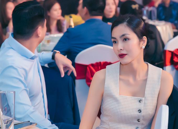 Nữ diễn viên diện váy phong cách tối giản, tóc búi cao gọn gàng. Từ khi kết hôn cô gần như rút hẳn khỏi hoạt động nghệ thuật để tập trung làm kinh doanh.