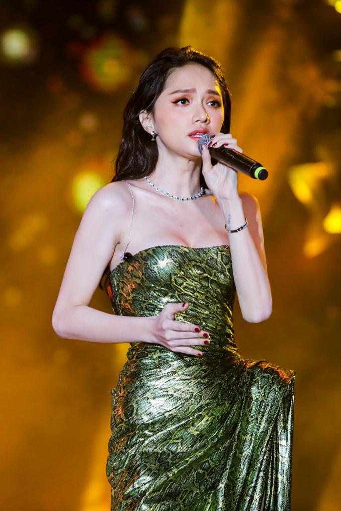 Hương Giang idol chọn váy cúp ngực sexy thể hiện ca khúc Anh ta bỏ em rồi.