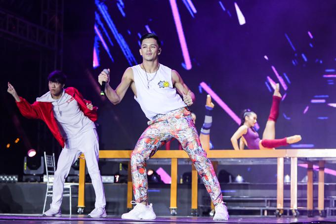 Ca sĩ Trọng Hiếu thể hiện vũ đạo điêu luyện khi trình diễn những bản nhạc sôi động.