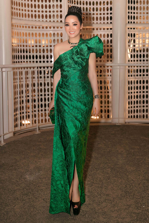 Xuất hiện bên dành mỹ nhân Việt, Hoa hậu Đền Hùng Giáng My không để mình kém cạnh khi chọn váy bất đối xứng của hai nhà thiết kế Vũ Ngọc và Son.